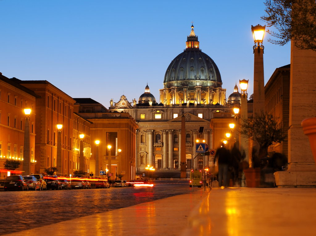 Night view of Vatican and St Peter's Basilique.